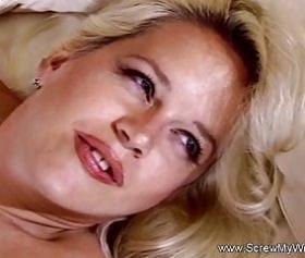 Milf bionda fa sesso di gruppo con gli adolescenti