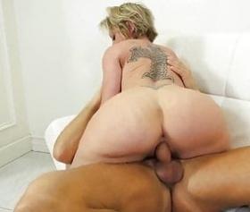Pulcino bionda facendo sesso con soldi