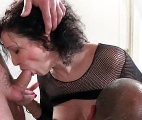 donna matura con i capelli neri