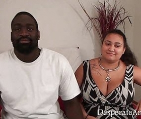 Uomo nero con donna su bianco