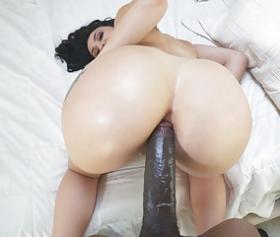 Giovane donna che rimbalza sulle ginocchia della sua amica