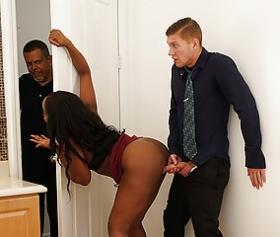 La ragazza nera la mise sulla porta di casa