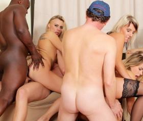 I ragazzi del college fanno sesso di gruppo a casa