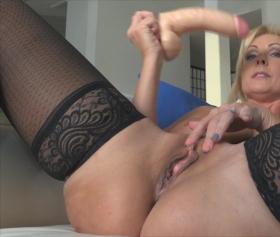 Una ragazza sexy arrapata si masturba